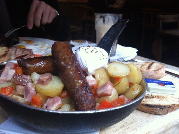Không nên chứa đồ ăn trong chảo chống dính